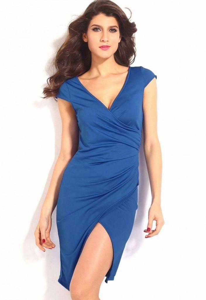 фото с синим платьем включает себя